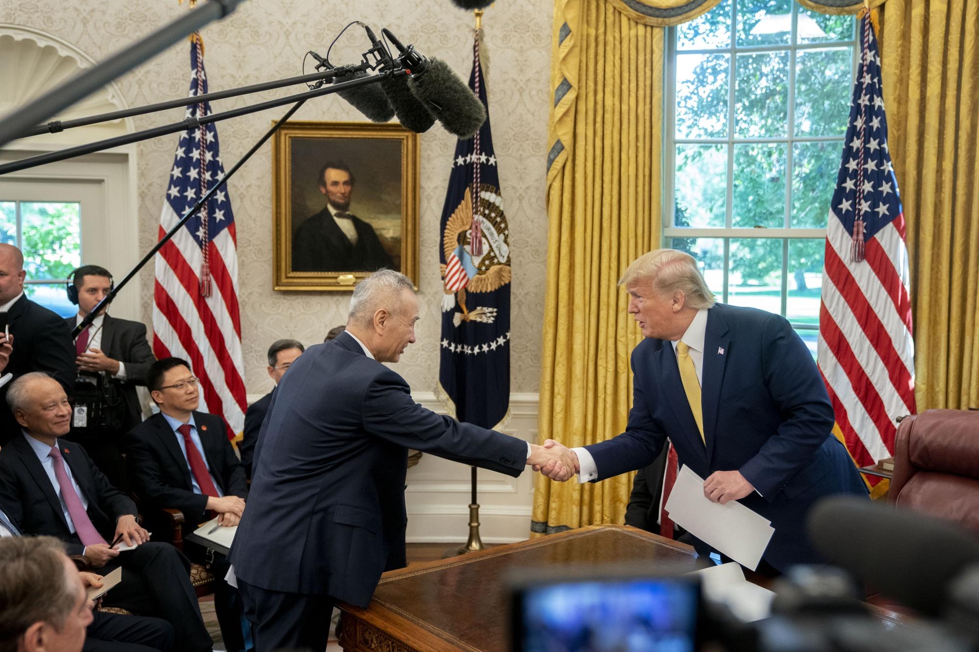 Cái bắt tay của Trump và Trung Quốc