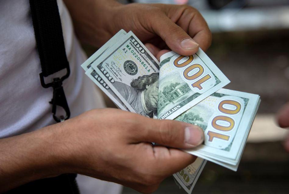 người đàn ông đếm đồng đô la