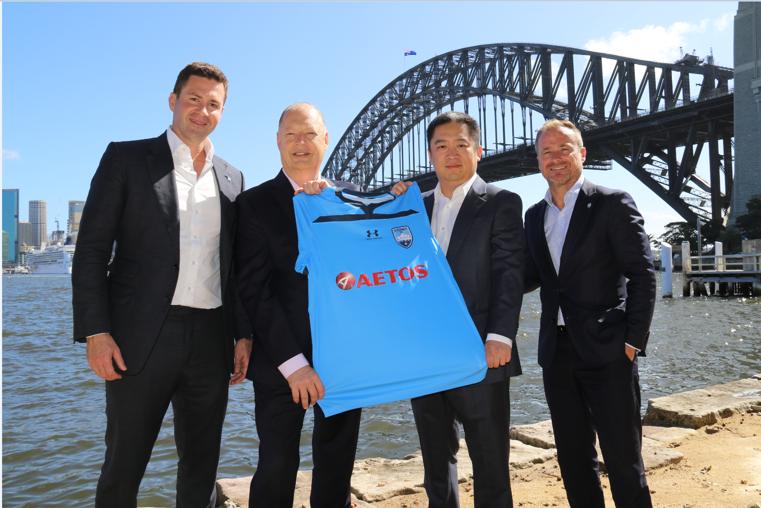 Các Đại diện của tập đoàn Aetos capital group và Câu lạc bộ bóng đá Sydney đồng giới thiệu bộ áo thi đấu mùa giải mới